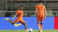 Memasuki penghujung pertandingan, Belanda mampu menyamakan kedudukan (2-2) pada menit ke-89. Lagi-lagi Memphis Depay, lewat tendangan bebasnya yang melesat sempurna ke gawang Skotlandia. (Foto: AP/Miguel Morenatti)