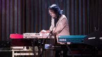Musikus Yockie Suryo Prayogo saat tampil bermain keyboard. Yockie menghembuskan napas terakhirnya, saat menjalani perawatan di sebuah rumah sakit di Bintaro, Tangerang.  (Instagram/yockie_suryo_prayogo)