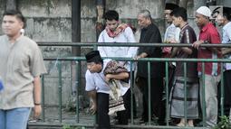 Sejumlah umat muslim menerobos pagar untuk menuju tempat pelaksanaan salat Idul Fitri 1438 H di kawasan Jatinegara, Jakarta, Minggu (25/7). Ruas Jalan Jatinegara Barat disulap menjadi tempat pelaksanaan salat Ied. (Liputan6.com/Yoppy Renato)