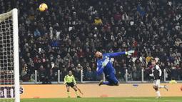 Pemain Juventus Paulo Dybala (kanan) mencetak gol ke gawang Udinese pada pertandingan Coppa Italia 2019/2020 di Allianz Stadium, Turin, Italia, Rabu (15/1/2020). Juventus menang 4-0. (Fabio Ferrari/LaPress via AP)
