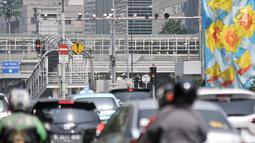 Kendaraan melintasi kamera CCTV sistem ETLE di Simpang Sarinah, Jalan MH Thamrin, Jakarta, Senin (1/7/2019). Kamera tersebut dapat mendeteksi pemakaian sabuk pengaman, penggunaan HP oleh pengemudi, nomor pelat ganjil genap, dan kecepatan kendaraan. (merdeka.com/Iqbal Nugroho)