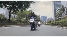 Valentino Rossi tampil sebagai model dalam iklan motor keluaran terbaru Yamaha bernama Aerox 125. Di video ini, Rossi menerobos kemacetan Jakarta dengan manuver seperti di lintasan MotoGP.