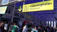 Pemudik masih membludak di Stasiun Pasar Senen. (Merdeka.com/Intan