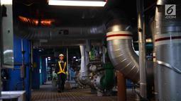 Petugas bersiap membersihkan area di PLTGU Muara Karang, Jakarta, Rabu (21/3). ISS Indonesia memberikan layanan industrial cleaning kepada PT Pembangkitan Jawa Bali (PJB) Unit Pembangkit Muara Karang sejak awal 2016 . (Liputan6.com/Angga Yuniar)