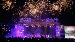 Suasana pertunjukan Tahun Baru 2019 di Kim Il Sung Square, Pyongyang, Selasa (1/1). Grup seni hingga opera memeriahkan perayaan Tahun Baru 2019 di Korea Utara. (AP Photo/Jon Chol Jin)