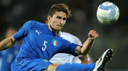 Mattia Caldara merupakan jebolan akademi Atlanta yang didatangkan ke Juventus pada tahun 2017. Meski diboyong dengan harga 19 juta euro, Ia tak banyak turun sebagai pemain reguler dan malah dipinjamkan balik ke Atlanta. Caldara hengkang dari Juve pada 2018 lalu ke AC Milan. (AFP/Marco Bertorello)