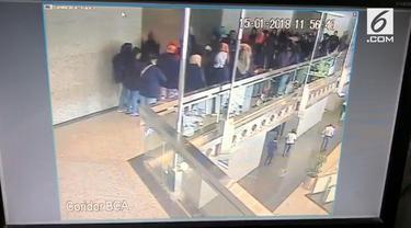 Beredar rekaman CCTV balkon BEI ambruk.