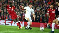 Pemain Liverpool, Sadio Mane mencetak gol ke gawang AS Roma pada laga leg pertama semifinal Liga Champions 2017-2018 di Anfield, Selasa (24/4). Liverpool mengalahkan AS Roma di kandang sendiri dengan skor 5-2. (AP/Dave Thompson)