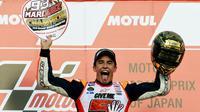 Helm dengan warna dominan emas ini dibawa Marc Marquez ke podium MotoGP Jepang di Sirkuit Motegi, Jepang, (16/10/2016), setelah memastikan gelar juara dunia MotoGP 2016. (AFP/Toshifumi Kitamura)