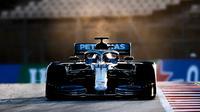 Pembalap Mercedes-AMG Petronas Lewis Hamilton saat tes pramusim Formula 1 (F1) hari pertama di Circuit de Catalunya, Montmelo, Spanyol, Rabu (19/2/2020). Juara dunia F1 tiga musim terakhir tersebut mencatatkan waktu 1 menit 16,976 detik. (AP Photo/Joan Monfort)