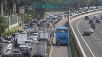 Pengendara motor memasuki jalur Transjakarta, Jakarta, Senin (13/6). Terhitung hari ini polisi akan memberikan surat tilang slip biru dengan denda sebesar Rp500.000 kepada pengendara yang masuki jalur Transjakarta. (Liputan6.com/Gempur M Surya)
