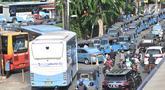 Bajaj, taksi, dan bus Transjakarta antre mengisi BBG di SPBG Pemuda, Jakarta, Kamis (15/11). Minimnya keberadaan SPBG menyebabkan antrean panjang kendaraan yang akan mengisi BBG hingga ke pinggir jalan menimbulkan kemacetan. (Merdeka.com/Iqbal S. Nugroho)
