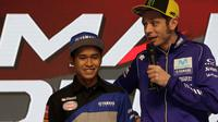 Pebalap MotoGP, Valentino Rossi, memberikan masukan kepada pebalap muda Indonesia, Galang Hendra Pratama. (Yamaha Racing indonesia)