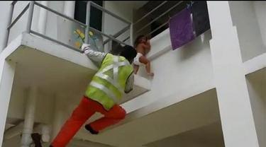 Dua pekerja asal India dipuji sebagai pahlawan karena usaha mereka menyelamatkan seorang balita yang tergantung di pagar pembatas apartemen di Jurong East, Singapura