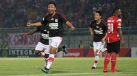 Gelandang Persipura Jayapura, Muhammad Tahir, merayakan gol ke gawang Madura United pada laga pekan ke-26 Shopee Liga 1 2019 di Stadion Gelora Bangkalan, Minggu (3/11/2019). Pada laga ini, Persipura menang 2-0 atas Madura United. (Bola.com/Aditya Wany)