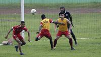 Pemain Arema FC, Riky Kayame, menyundul bola saat latihan di Stadion Gajayana, Malang, Kamis (11/4). Latihan ini merupakan persiapan jelang laga final Piala Presiden 2019 melawan Persebaya Surabaya. (Bola.com/Yoppy Renato)