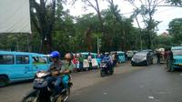 Demo sopir angkot (Liputan6.com/ Pramita Tristiawati)