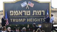 "PM Israel Benjamin Netanyahu (kedua dari kanan) dan Dubes AS untuk Israel David Friedman (kiri) bertepuk tangan saat peresmian nama ""Trump Heights"" (Dataran Tinggi Trump) untuk sebuah permukiman di dataran tinggi Golan Heights (AFP)"