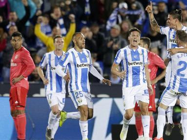 Para pemain Leganes merayakan gol ke gawang Real Madrid pada laga La Liga di Stadion Municipal Butarque, Senin (15/4). Kedua tim bermain imbang 1-1. (AP/Bernat Armangue)