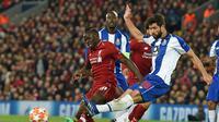 Bek Porto, Felipe melepaskan tembakan pada leg 1, babak perempat final Liga Champions yang berlangsung di Stadion Anfield, Liverpool, Rabu (10/4). Liverpool menang 2-0 atas Porto (AFP/Glyn Kirk)