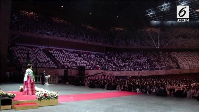 Sekitar 4000 pasangan mengikat janji suci di Cheong Shim Peace World Center, Gapyeong, Korea Selatan.