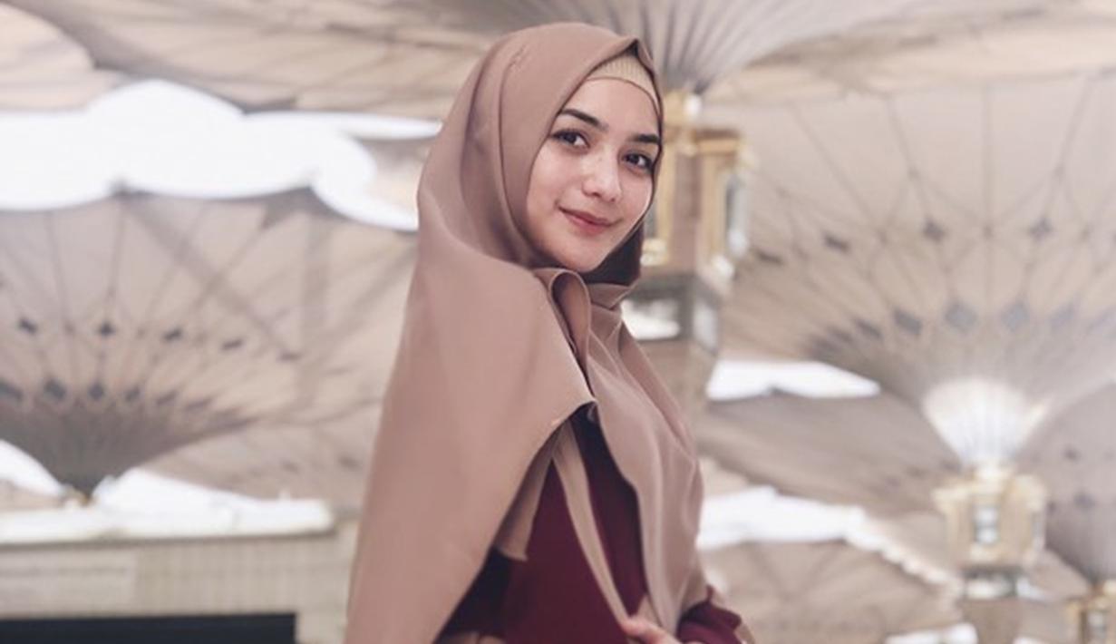 Citra Kirana merupakan salah satu selebriti Tanah Air yang menjalani Ibadah Umroh di awal Ramadan. Citra juga mengunggah sejumlah foto saat berada di Tanah Suci pada akun Instagram pribadinya. (Liputan6.com/IG/@citraciki)