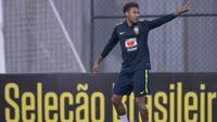 Striker Brasil, Neymar, tampak rileks saat latihan di Granja Comary, Rio de Janeiro, Selasa (22/5/2018). Latihan ini merupakan persiapan jelang Piala Dunia 2018. (AFP/Mauro Pimentel)