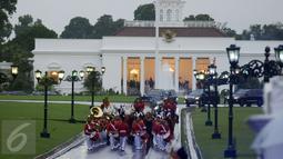 Pasukan musik dan berkuda mengawal ketat iring-iringan kendaraan Raja Salman bin Abdulaziz saat meninggalkan Istana Bogor, Rabu (1/3). (Liputan6.com/Helmi Fithriansyah)