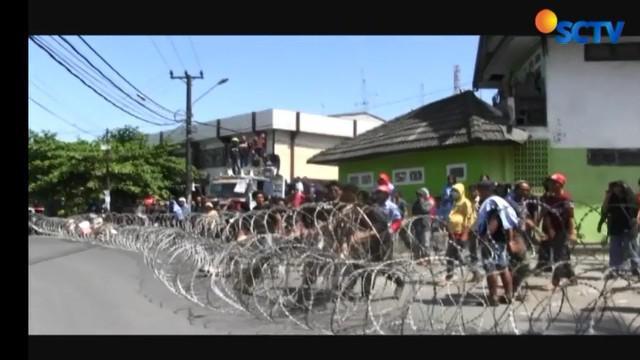 Pendukung Calon Wali Kota Makassar Nomor urut 1 Munafri Arifuddin-Rahmatika Dewi bentrok saat berdemonstrasi di depan kantor Panwaslu setempat.