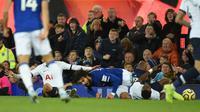 Gelandang Everton, Andre Gomes, terjatuh usai dilanggar oleh penyerang Tottenham Hotspur, Son Heung-min, pada laga Premier League di Goodison Park, Minggu (3/11). Tekel tersebut menyebabkan Gomes mengalami patah kaki. (AFP/Oli Scarff)