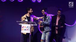 Konten kreator Aulion saat menerima penghargaan best creator for art dalam acara XYZ Day 2018 di The Hall Senayan City, Jakarta, Rabu (25/4). (Liputan6.com/Herman Zakharia)