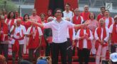 Komposer musik Addie MS bersama sejumlah tokoh, seniman dan artis melakukan deklarasi Indonesia Bangkit saat hari kebangktian nasional ke 111 tahun di GBK, Jakarta, Senin (20/5). Tujuan deklarasi ini untuk menyegarkan kembali ingatan dan tekad merawat persatuan Indonesia. (Liputan6.com/Angga Yuniar)