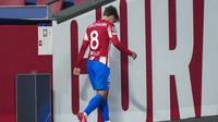Pada menit ke-52, Atletico Madrid harus bermain dengan 10 orang setelah Antoine Griezmann diganjar kartu merah. Griezmann diusir wasit akibat melakukan pelanggaran keras kepada Roberto Firmino. (AP/Manu Fernandez)