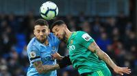 Bek Manchester City, Nicolas Otamendi, berebut bola dengan striker Watford, Andre Gray, pada laga Premier League 2019 di Stadion Etihad, Sabtu (9/3). Manchester City menang 3-1 atas Watford. (AFP/Lindsay Parnaby)