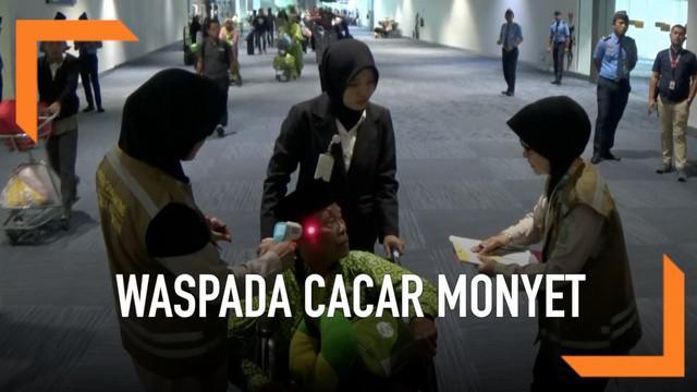 Waspadai penyebaran penyakit cacar monyet, Bandara Soekarno-Hatta melakukan 4 langkah untuk pencegahan. Diantaranya memindai suhu tubuh penumpang dan kru pesawat yang baru tiba dari negara endemik penyakit.
