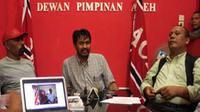 Ketum Partai Aceh (PA), Muzakir Manaf (tengah) mengumumkan tentang cagub dan cawagub yang akan diusung PA pada pilkada mendatang, di Banda Aceh. (Antara)