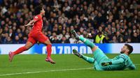 Serge Gnabry ketika menaklukkan Hugo Lloris pada laga Bayern Munchen melawan Tottenham Hotspur di Tottenham Hotspur Stadium. (AFP/Daniel Leal-Olivas)