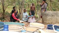 Kemarau yang melanda Kabupaten Karawang, mulai berdampak terhadap kebutuhan warga untuk mendapat air bersih. Itu terjadi setelah sumur milik mereka mengering. (Liputan6.com/Abramena)