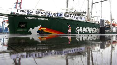 Kapal Greenpeace Rainbow Warrior saat bersandar di Dermaga Terminal Penumpang Nusantara, Tanjung Priok, Jakarta, Senin (23/4). Kapal tersebut tiba di Jakarta setelah hampir dua bulan berlayar dari Indonesia bagian timur. (Liputan6.com/Arya Manggala)