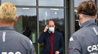 Pangeran William mengunjungi markas latihan Aston Villa, Selasa (4/5/2021). (AFP/Rui Vieira)