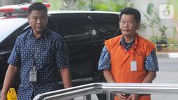 Kasatker PJSA BWS Sumatera VII Bengkulu Edi Junaidi dikawal petugas berjalan akan menjalani pemeriksaan lanjutan di Gedung KPK, Jakarta, Kamis (17/10/2019). Edi diperiksa sebagai tersangka penyuap eks Kasi Intel Kejati Bengkulu, Parlin Purba. (merdeka.com/Dwi Narwoko)