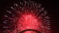 Kembang api menghiasi langit malam di atas Gateway Arch dan Old Courthouse sebagai bagian dari perayaan Hari Kemerdekaan Amerika Serikat di St. Louis, Kamis (4/7/2019). Jutaan warga AS di seluruh dunia biasanya menggelar pesta besar untuk merayakan tanggal ini. (AP Photo/Jeff Roberson)