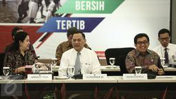 Suasana rapat koordinasi di Kementerian PMK, Jakarta, Senin (6/2). Tahun ini pemerintah akan meningkatkan jumlah penerima bantuan sosial nontunai PKH dari 1,4 juta penerima manfaat menjadi 3 juta keluarga. (Liputan6.com/Faizal Fanani)