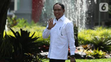 Politikus Partai Golkar Zainudin Amali melambaikan tangan saat tiba di Istana, Jakarta, Selasa (22/10/2019). Belum diketahui posisi apa yang akan diisi oleh Zainudin dalam kementerian Kabinet Kerja Jilid II. (Liputan6.com/Angga Yuniar)