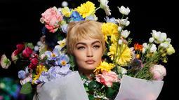 Top model Gigi Hadid mengenakan rancangan rumah mode Moschino saat Milan Fashion Week di Italia, Kamis (21/9). Gigi Hadid memperagakan koleksi Spring/Summer 2018 dari Moschino. (AP Photo/Luca Bruno)