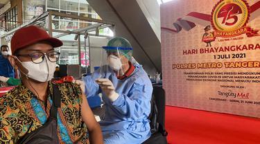 Vaksinasi Covid-19 massal ratusan pedagang dan pengemudi ojek online di Tangerang, Senin (21/6/2021).