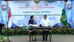 Menteri Kelautan dan Perikanan Susi Pudjiastuti (kiri) bersama Jaksa Agung HM Prasetyo menandatangani serah terima kapal Silver Sea 2 (SS2) di Jakarta, Kamis (14/2). Kejagung menyerahkan kapal SS2 kepada KKP. (Liputan6.com/Immanuel Antonius)