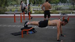 Orang-orang mengikuti latihan fisik luar ruangan di sebuah taman di Kota Tel Aviv, Israel tengah, pada 12 November 2020. Pusat-pusat kebugaran di Tel Aviv ditutup sejak pertengahan September guna memerangi penyebaran coronavirus baru (COVID-19). (Xinhua/Gil Cohen Magen)