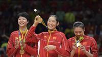 Zhu Thing (tengah) yang memenangkan medali emas Olimpiade 2016 masuk dalam skuat Timnas Voli Putri Asian Games 2018. (JUAN MABROMATA / AFP)