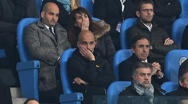 Pelatih Manchester City, Pep Guardiola menyaksikan timnya disingkirkan Liverpool dari bangku penonton pada leg kedua perempat final Liga Champions di Etihad, Rabu (11/4). Kejadian itu terjadi usai Guardiola memprotes wasit terlalu keras. (Paul ELLIS/AFP)